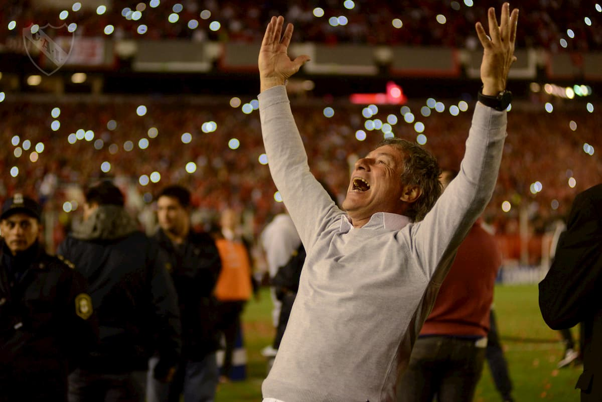 El entrenador Ariel Holan festejando la Sudamericana
