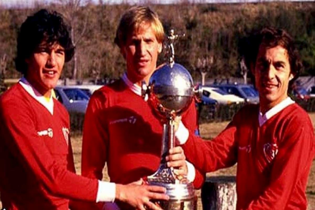 Jugadores rojos con la Copa Libertadores 1984